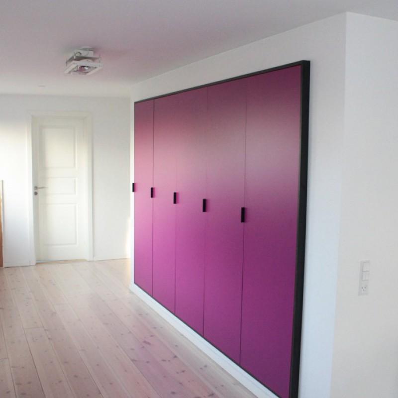 Solrød Strand - bad, køkken, værelse m.m. - pink skabsvæg